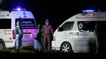 Ambulancias frente a la cueva Tham Luang (Reuters)