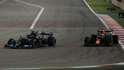 Hamilton y Verstappen pelearon por la primera posición hasta el final (Reuters)