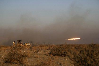 Una prueba de cohetes durante los ejercicios (Ejército iraní via AP)
