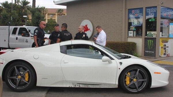 El Ferrari robado en la estación de servicio donde fue encontrado por la policía de California