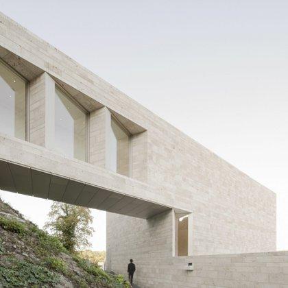 Diseñado por Bez + Kock Architekten, este museo y centro cultural tiene una nueva estructura de puente con un pasaje que conduce a una impresionante ventana panorámica de altura completa que ofrece vistas de la ciudad circundante. Un sendero y una pasarela recorren la colina debajo del puente hasta una terraza en el techo del museo (Brigida González)