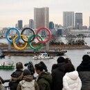 FOTO DE ARCHIVO: Los Anillos Olímpicos están instalados en el área de la costa, con el Puente del Arco Iris al fondo, antes de una ceremonia de inauguración oficial, seis meses antes de la apertura de los Juegos Olímpicos de Verano de Tokio 2020, en el Parque Marino de Odaiba en Tokio, Japón, el 17 de enero de 2020. REUTERS/Issei Kato