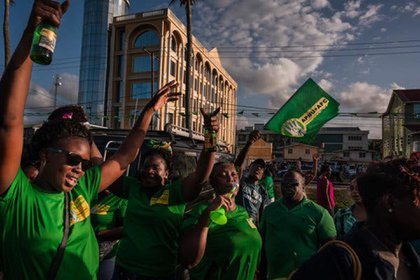 Los partidarios del presidente David Granger de Guyana celebraron después de la elección en marzo. Granger perdió pero se negó a renunciar (Adriana Loureiro Fernandez para The New York Times)