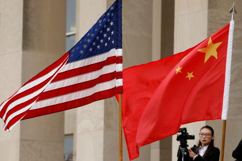 FOTO DE ARCHIVO: Banderas de Estados Unidos y China en el Pentágono en Arlington, Virginia, EEUU, el 9 de noviembre de 2018. REUTERS/Yuri Gripas