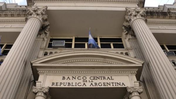La entidad que preside Federico Sturzeneggerdecidió tomar con cautela el pedido de baja de las tasas de interés