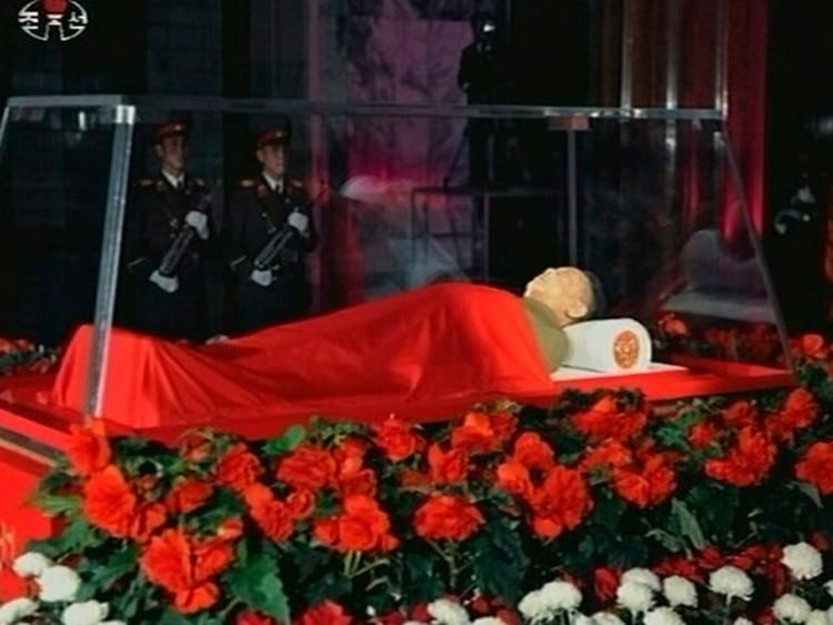 El cadáver de Kim Jong-il fue exhibido luego de su muerte