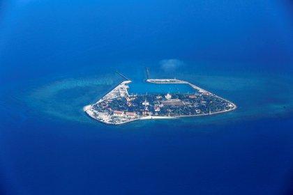 El destructor norteamericano USS Mustin navegó cerca de las islas Paracel, en el Mar Meridional disputado por varios países asiáticos (EFE)