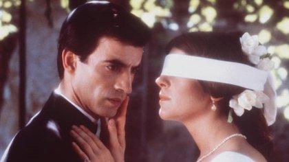 """La escena del """"gallito ciego"""" en que Camila conoce por primera vez al padre Ladislao, hasta ese entonces solo una voz en el confesionario"""