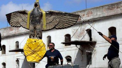 El águila nazi del acorazado Graf Spee fue exhibida en Montevideo con la esvástica nazi cubierta (AP)