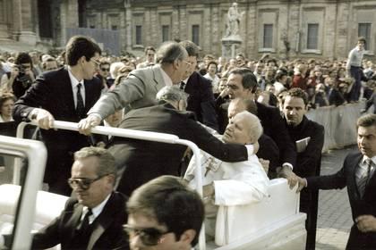 El papa Juan Pablo II es alcanzado por los disparos de Mehmet Ali Agca en el Vaticano. Era el 13 de mayo de 1981