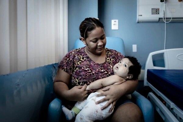 Theo Silva, de 4 meses, y su madre, Talia Miranda, de 21 años, permanecen en la zona de aislamiento del hospital Delphina Rinaldi Abdel Aziz porque el pequeño sufre de sarampión (Gui Christ/The Washington Post)