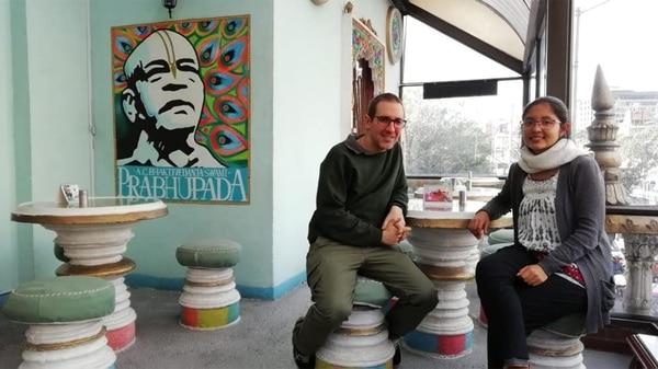 El maestro Hari Sankirtan Das y Navaduip en la sede de Bogotá.