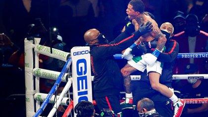 La eufórica celebración de Gervonta Davis al imponerse por KO a Leo Santa Cruz (AP)