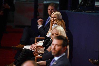 Eric Trump, Ivanka Trump, la primera dama de EEUU Melania Trump, Tiffany Trump y Donald Trump Jr. en el primer debate presidencial en la Case Western Reserve University y Cleveland Clinic en Cleveland, Ohio.  (Foto de Jim WATSON / AFP)