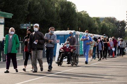 Los centros de salud que administran las vacunas recomiendan llegar en el horario reservado porque no se atenderán si llegan antes o después de la cita. (Foto: EFE/Etienne Laurent)