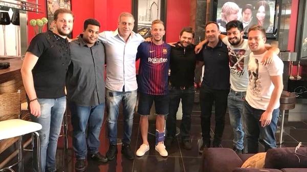 Arthur posó con la camiseta del Barcelona y generó la indignación del Gremio