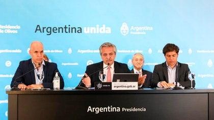 Alberto Fernández, flanqueado por Rodríguez Larreta y Kicillof, durante una presentación en la quinta de Olivos