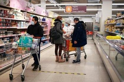 Clientes compran en un supermercado Sainsbury's en Londres, el 11 de enero de 2021 (REUTERS/Hannah McKay)