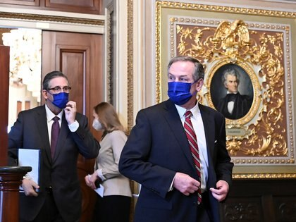 Bruce Castro y Michael T.van der Veen, abogados del ex presidente de los Estados Unidos, Donald Trump, caminan en la Sala de Recepción del Senado del Capitolio de los Estados Unidos durante el tercer día del segundo juicio político de Trump en Washington, Estados Unidos, el 11 de febrero de 2021. REUTERS / Mandel Ngan