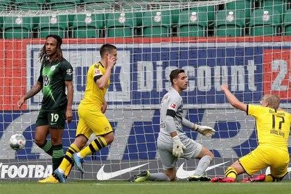 Raphael Guerreiro marcó el primer gol del Borussia Dortmund en la victoria ante el VfL Wolfsburg (REUTERS)