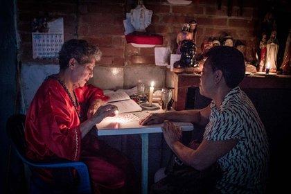 """Los venezolanos se acercan al consultorio de la """"Hermana Mariana"""" como último recurso, ante la escasez de medicinas tradicionales"""