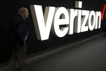 Imagen de archivo de un hombre parado junto al logo de Verizon en el Mobile World Congress en Barcelona, España. 26 de febrero, 2019. REUTERS/Sergio Perez/Archvio