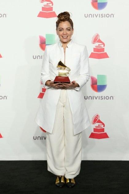 Natalia Lafourcade fiel a su estilo escogió para la premiación un total white look de dos piezas