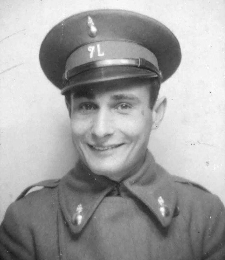Joan Pujol García, con uniforme del 7° regimiento de artillería liviana español, durante su servicio militar en 1931, antes del estallido de la guerra civil.