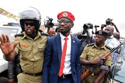Bobi Wine es detenido por la policía en la ciudad de Kasangati, distrito de Wakiso, Uganda, el 6 de enero de 2020 (REUTERS/Stringer)
