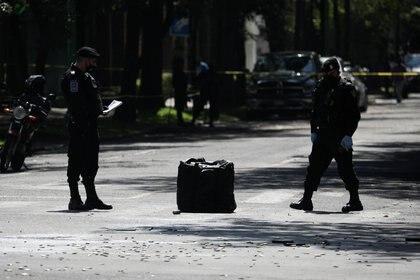 Decenas de casquillos percutidos en la zona del ataque. (Foto: Reuters)