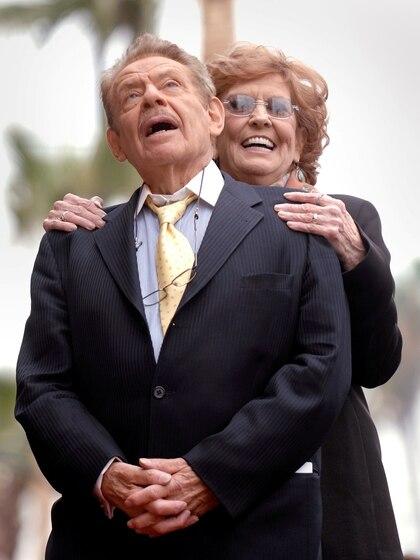 Jerry Stiller y su esposa Anne Meara durante un homenaje en Los Ángeles, en 2007 (Reuters)