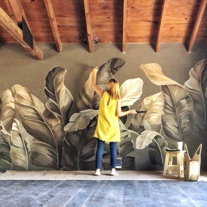 """Muchos de los trabajos de la artista Florencia Chedufau son en casas particulares. """"Por lo general me contratan por algún diseño que vieron en mi cuenta, sea botánico, flores o aves. Aunque una vez que llego al lugar el diseño puede variar. Es importante el entorno y conocer al cliente"""""""