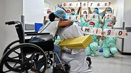 Jefferson Riascos y Diana Paola Angola tenían 13 años de ser pareja y son padres de una niña de 8 años que también tuvo coronavirus pero se recuperó sin complicaciones. (Photo by Luis ROBAYO / AFP)