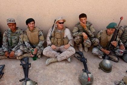 Un marine estadounidense habla con soldados del Ejército Nacional Afgano en la provincia Helmand (REUTERS/Omar Sobhani/Archivo)