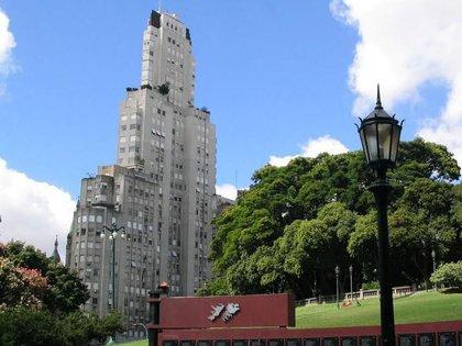 El edificio Kavanagh es un imponente rascacielos que llegó a ser el más alto de Sudamérica y en 1999 fue declarado Patrimonio Mundial por la UNESCO (archivo Infobae)