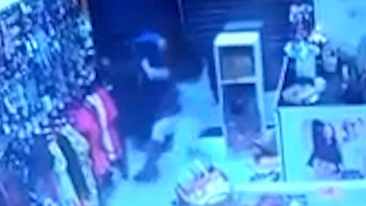 La dueña del local logró tirar al piso al delincuente, que apenas se incorporó salió corriendo.