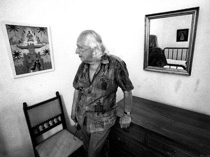 """Rafael Alberti de visita en La Huerta observa """"Estampa del Sur"""", pintura que le regaló a Lorca"""