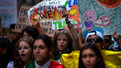 Jóvenes protestan en Nueva York durante la cumbre del clima en Naciones Unidas (AFP)