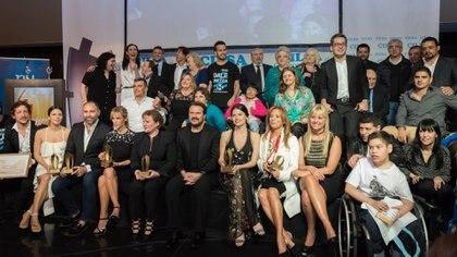 La foto final de la entrega de premios de los artistas reconocidos junto a los directivos de CILSA