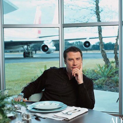 John Travolta supo integrar su casa de la Florida con su pasión por los aviones (John Travolta vía Architectural Digest)
