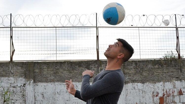 A los 26 años, Brian quiere volver a jugar al fútbol profesional, se entrena y cumple con un plan nutricional para tratar de reintegrarse. (Foto Hernán Fouillet)