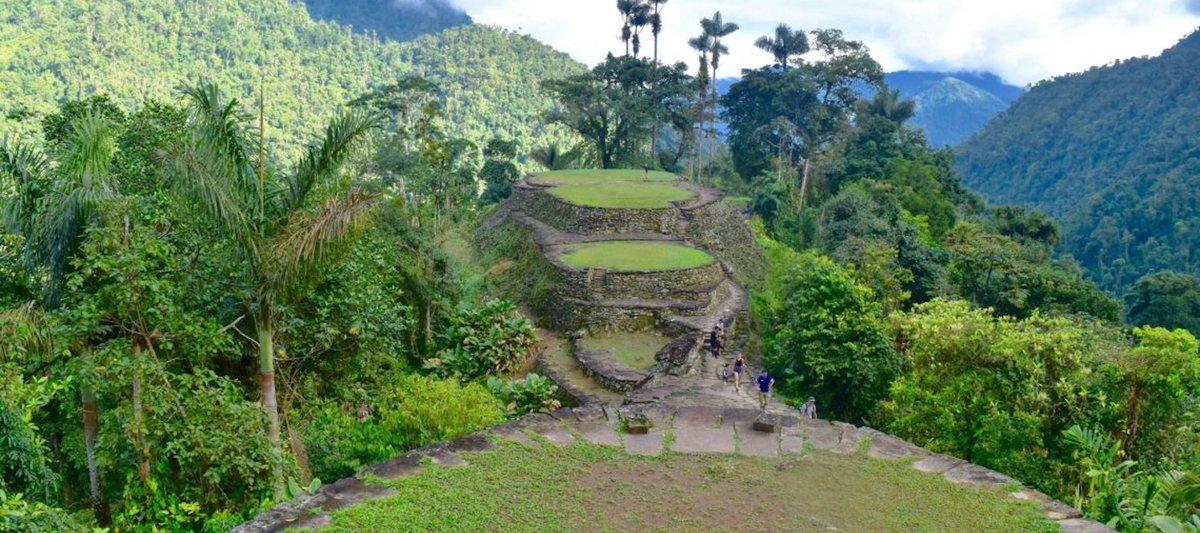 La Ciudad Perdida está escondida en lo profundo de la jungla de Colombia y consta de alrededor de 170 terrazas de piedra excavadas en una montaña, con numerosas plazas y calles conectadas (Oficina de Turismo de la Ciudad Perdida)