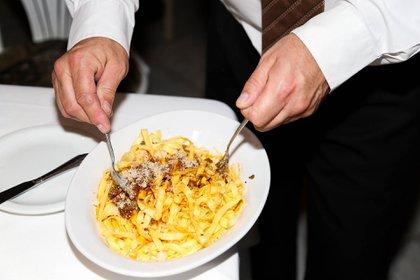 En el restaurante sirven las pastas con el queso mezclado, si el comensal pide más queso Atilio no se lo sirve, y si prefiere las pastas sin queso tampoco lo hace (Mora Cravero)