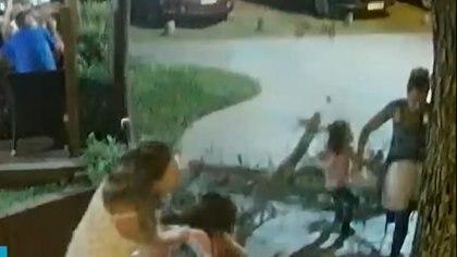La familia paseaba por el centro de Costa del Este cuando se les cayó un pino encima
