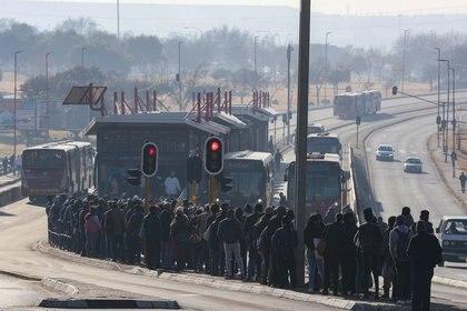 Foto del lunes de un gran número de personas esperando un bus en Soweto, Sudáfrica, como consecuencia de una huelga de taxistas en medio de la pandemia de coronavirus.  Jun 22, 2020. REUTERS/Siphiwe Sibeko