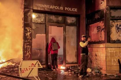 Dos manifestantes ante la estación de policía. EFE/EPA/TANNEN MAURY