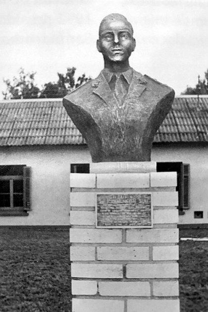Uno de los bustos erigidos en su memoria