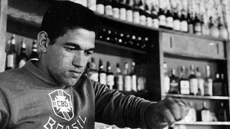En 1974 sus ex compañeros le hicieron un partido homenaje en el Maracaná para ayudarlo económicamente