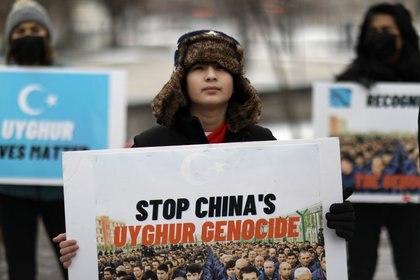 Manifestación para alentar a Canadá y otros países a que consideren calificar el trato de China a su población uigur y a las minorías musulmanas como genocidio, frente a la Embajada de Canadá en Washington, D.C., EE. UU. El 19 de febrero de 2021. REUTERS / Leah Millis
