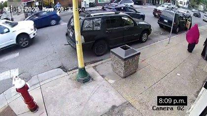 El auto estacionado en el carril derecho y con la puerta abierta, es el Mercedes azul en el que se encontraba Floyd. Detrás de él, un automovilista a bordo de un vehículo Ford, también estacionado, grabó con su celular los minutos antes de que esposaran al afroamericano (Foto: Washington Post)